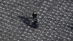 OBRAZEM: Staroměstské náměstí pokrylo skoro 25 tisíc bílých křížů. Připomínají oběti covidu v Česku