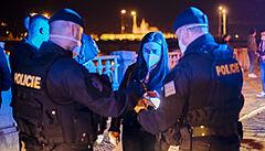 Zaplněnou pražskou náplavku vyklidili strážníci s megafony. Na místě zasahovala i policie