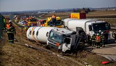Na D11 u Chlumce nad Cidlinou vyprošťovali cisternu, poté silnici zavřela nehoda čtyř aut
