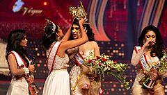 VIDEO: Na Srí Lance zatkli modelku, která narušila finále soutěže krásy. Vítězce sebrala korunku