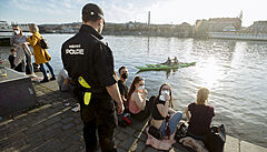 Lidé opět zaplnili pražskou náplavku. Respirátory vytahují jen před policisty, pak z obličejů rychle mizí