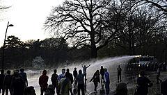Falešný hudební festival přilákal do parku tisíce lidí. Aprílová akce se v Bruselu změnila ve válku s policií