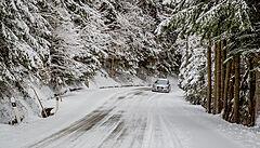V Krušných a Jizerských horách musí řidiči počítat se sněhem na cestách, hrozí náledí