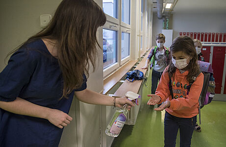 V šesti krajích a Praze se od pondělí otevře druhý stupeň ZŠ. Vrátí se i děti do školek