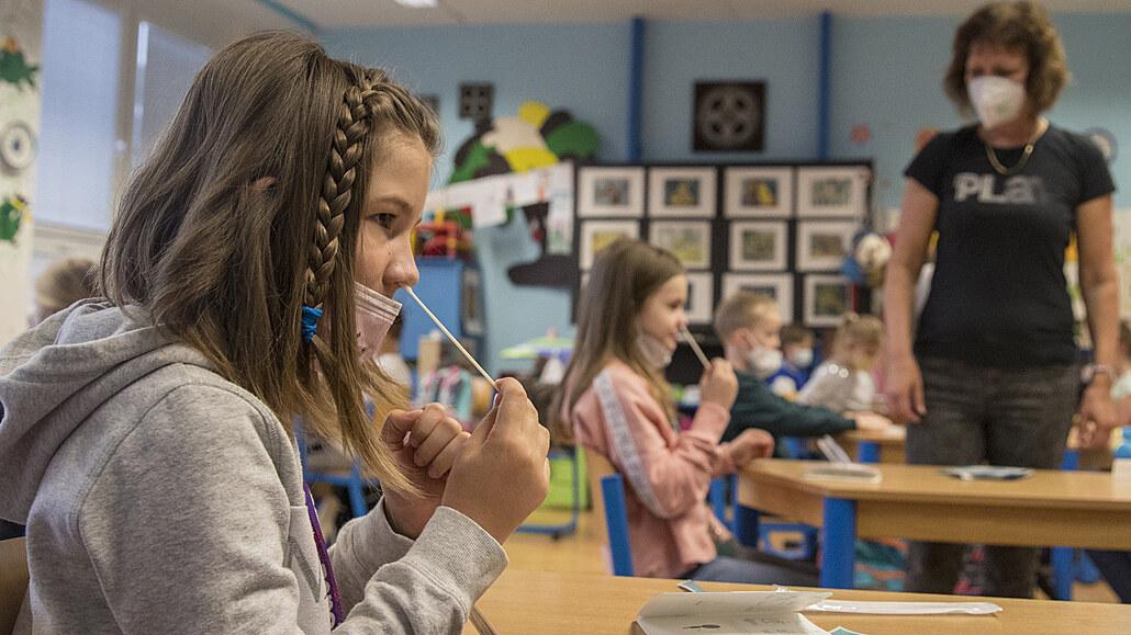 Podle ministra Plagy může jít v září na PCR testování žáků 27 milionů korun, schválila to vláda
