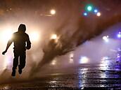 Ulice Severního Irska jsou znovu v plamenech. Co rozdmýchalo spory mezi unionisty a nacionalisty?