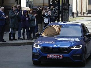 Auto s českými diplomaty opouští české velvyslanectví v Moskvě. Rusko musí...