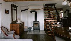Litinová vana na nožičkách a barový pult z topolu. Jak vypadá rekonstrukce 147 let staré chalupy podle designérky