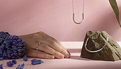 Jako na houpačce. Designérka Kristýna Malovaná představila novou kolekci šperků