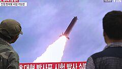 KLDR navzdory embargům úspěšně rozvíjí raketový a jaderný arzenál. A ještě na tom vydělává