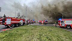 V Modřanské ulici hořela hala, hasiči zásah ukončili po 13 hodinách. Lidé z okolí mohou opět větrat