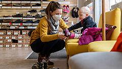 'Syn má ještě zimní boty.' Češi vyrazili do znovuotevřených obchodů, sháněli především dětské zboží