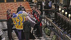 Hymnou skončil pohřeb prince Philipa. Královna seděla stranou, Harry a William si po obřadu povídali