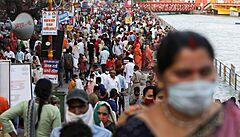 Indie hlásí rekordní počty nakažených a začíná očkovat všechny dospělé, Británie i USA varují před její návštěvou