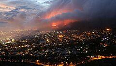 Kapské město ohrožuje velký požár ze Stolové hory. Na vině je nejspíš tulák, plameny zasáhly i univerzitu