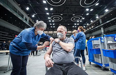 Od půlnoci se k očkování proti covidu přihlásilo více než 100 tisíc lidí od 55 do 59 let