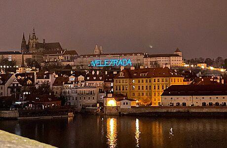 'Velezrada' na Pražském hradě? Policie prošetřuje nápis adresovaný Zemanovi jako přestupek