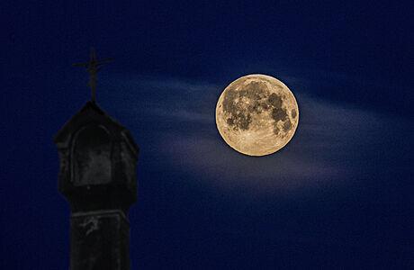 Měsíc je nejblíže naší planetě. Podívejte se na skvělé snímky superúplňku