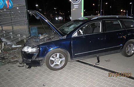 Řidič passatu najel ve vysoké rychlosti do lidí před automobilkou Škoda. Zrovna se střídaly směny