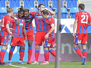 Adriel Ba Loua slaví se spoluhráči gól proti Slovácku