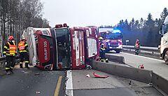 Převrácený kamion s pivem v noci zablokoval D1. Policie ukázala video dramatické nehody, podívejte se