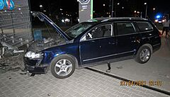 VIDEO: Řidič passatu najel ve vysoké rychlosti do lidí před automobilkou Škoda. Zrovna se střídaly směny