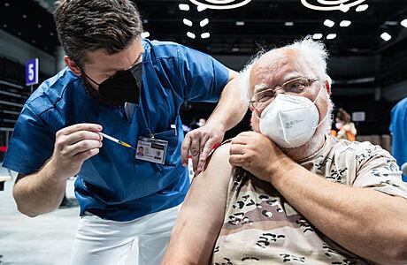 Očkování proti covidu se otevírá lidem ve věku od 50 let, druhou dávku má milion obyvatel