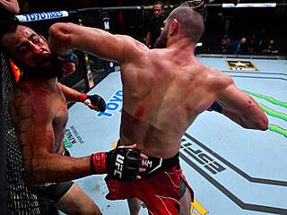 Jiří Procházka knockoutoval loktem Dominicka Reyese.