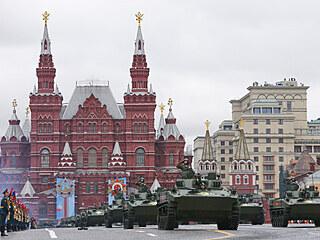 Centrem Moskvy defilují pěší útvary a projíždí těžká technika, přehlídku pak...