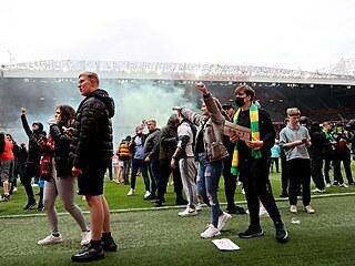 Fanoušci fotbalového klubu Manchester United pronikli na stadion a protestují...
