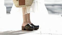 Z pracovní obuvi hvězdou botníku. Designéři sází na dřeváky