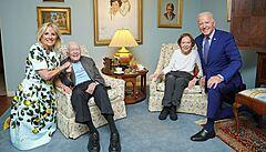 'Bidenovi jsou obři, kteří vás rozdrtí, když je naštvete.' Internet se baví nepovedenou fotkou z návštěvy Cartera