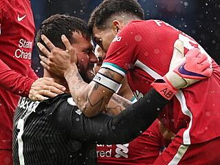 West Bromwich - Liverpool (brankář Alisson dává hlavou gól)