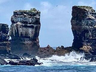 V blízkosti galapážského Darwinova ostrova se kvůli přirozené erozi zřítila...