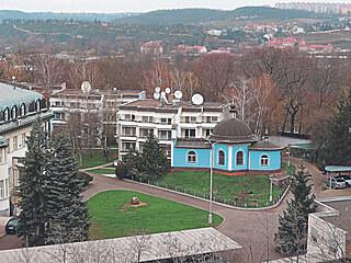 Ptačí pohled na jihovýchodní část areálu ruské ambasády. Vlevo dole Blochova...