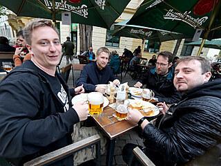 V Praze se otevřely zahrádky barů a restaurací
