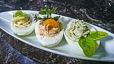 Se šalvějí, zázvorem nebo s oregánem. Plněná vejce na tři způsoby s bylinkami