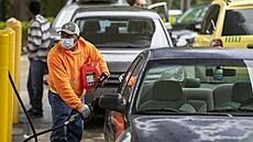 'Nedávejte benzín do plastových tašek.' Američané po výpadku potrubní sítě v panice nakupují palivo