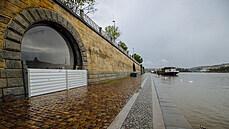 Náplavky v Praze znovu ožijí. Voda ve Vltavě opadla, vedení metropole ale nabádá k opatrnosti