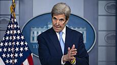 Kvůli klimatu se neomezujte, vzkázal Bidenův zmocněnec Kerry. Oteplování prý vyřeší technologie