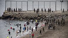 Španělská enkláva v Africe čelí rekordnímu náporu migrantů, za pondělí jich připlulo na 6000