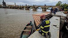 Vzedmutá Vltava zastavila provoz všech pražských přívozů, v Chuchli dosáhla prvního povodňového stavu