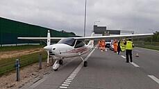 Pilot lehkého letadla kvůli poruše motoru nouzově přistál na polské dálnici