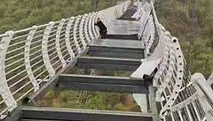 Skleněný most v Číně se pod náporem větru rozpadl na kusy, turista na něm zůstal uvězněn