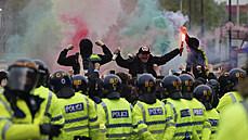 Fanoušci Manchesteru United před zápasem s Liverpoolem opět protestovali