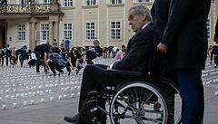 Za řadu obětí si můžeme sami, řekl při pietě Zeman. Hrad zaplnilo 30 tisíc svíček v plastových kelímcích
