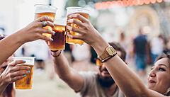 Pivo k očkování zdarma? V USA nabízejí slevu do knihovny, ale i pochoutky z konopí a jointy