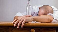 I velmi mírné pití alkoholu je škodlivé pro mozek, tvrdí britští vědci