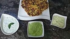 S tymiánem, koriandrem či mátou. Připravte si zeleninové placičky s trojicí bylinkových dipů