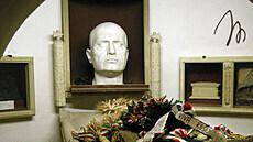 Itálie znovu otevře kryptu s Mussoliniho hrobem. Irsko si připomíná antifašistku, která ho postřelila